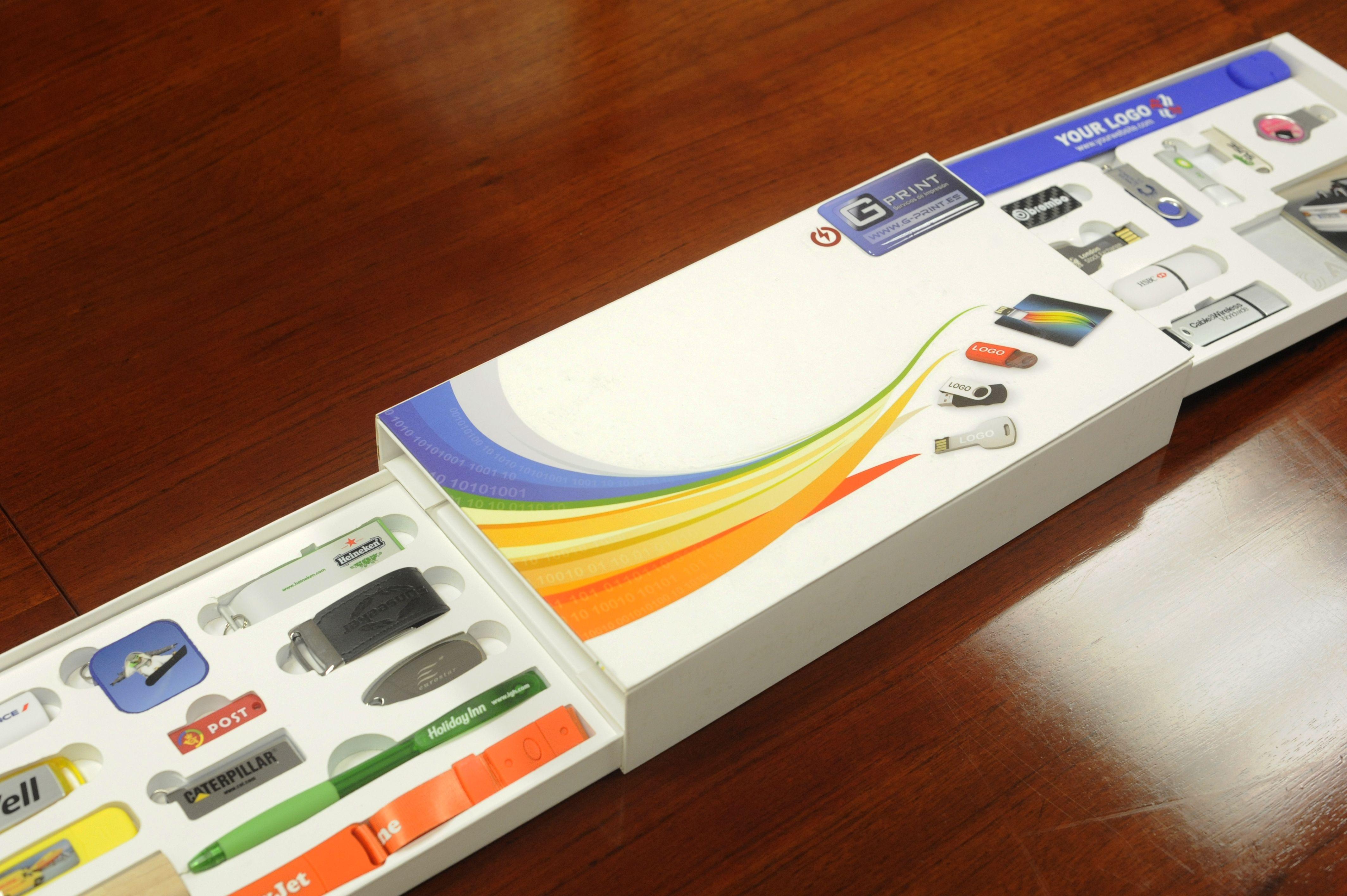 Personalizamos cajas para productos con los colores, letras y logotipos