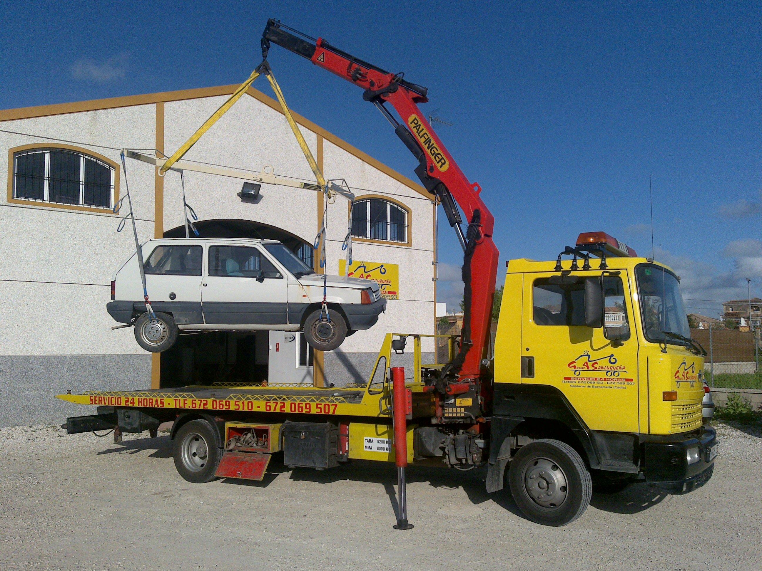 Remolcar vehículos: Servicios de Grúas Sanluqueña