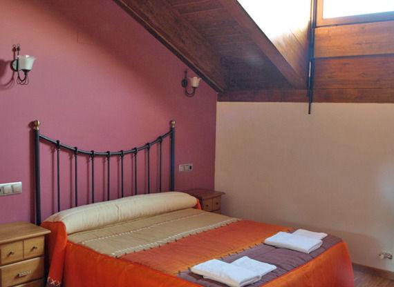 Habitación con cama de matrimonio de la casa