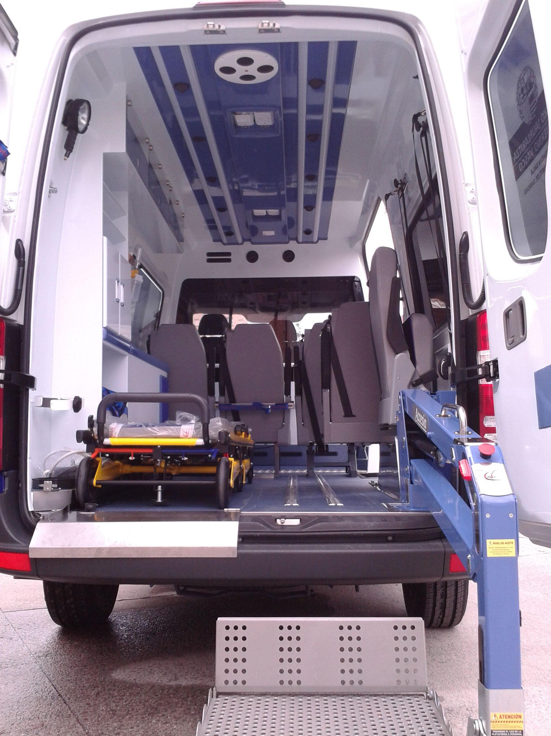 Ambulancias equipadas para una accesibilidad total, bien con camilla o silla ruedas electrica o mecánica
