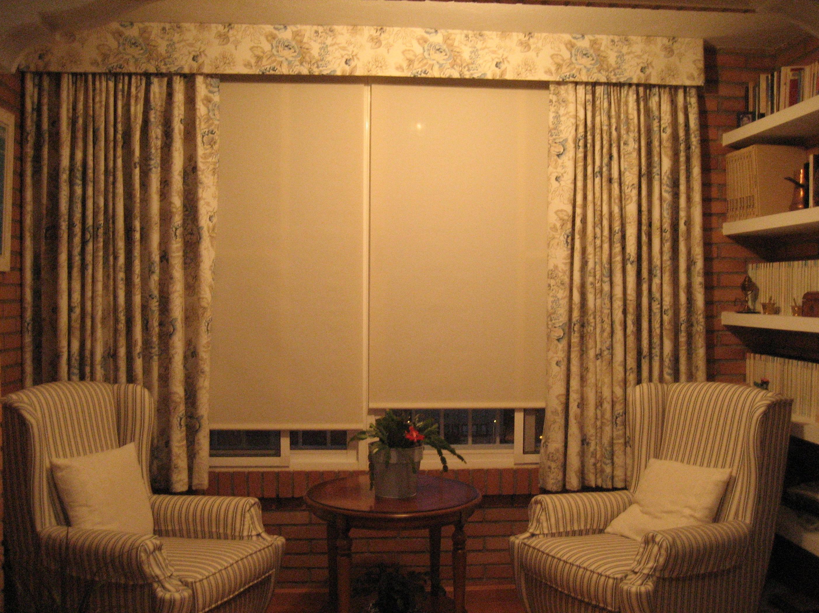 Estores enrollables screen con sobrecortina, tapizado de sillones.