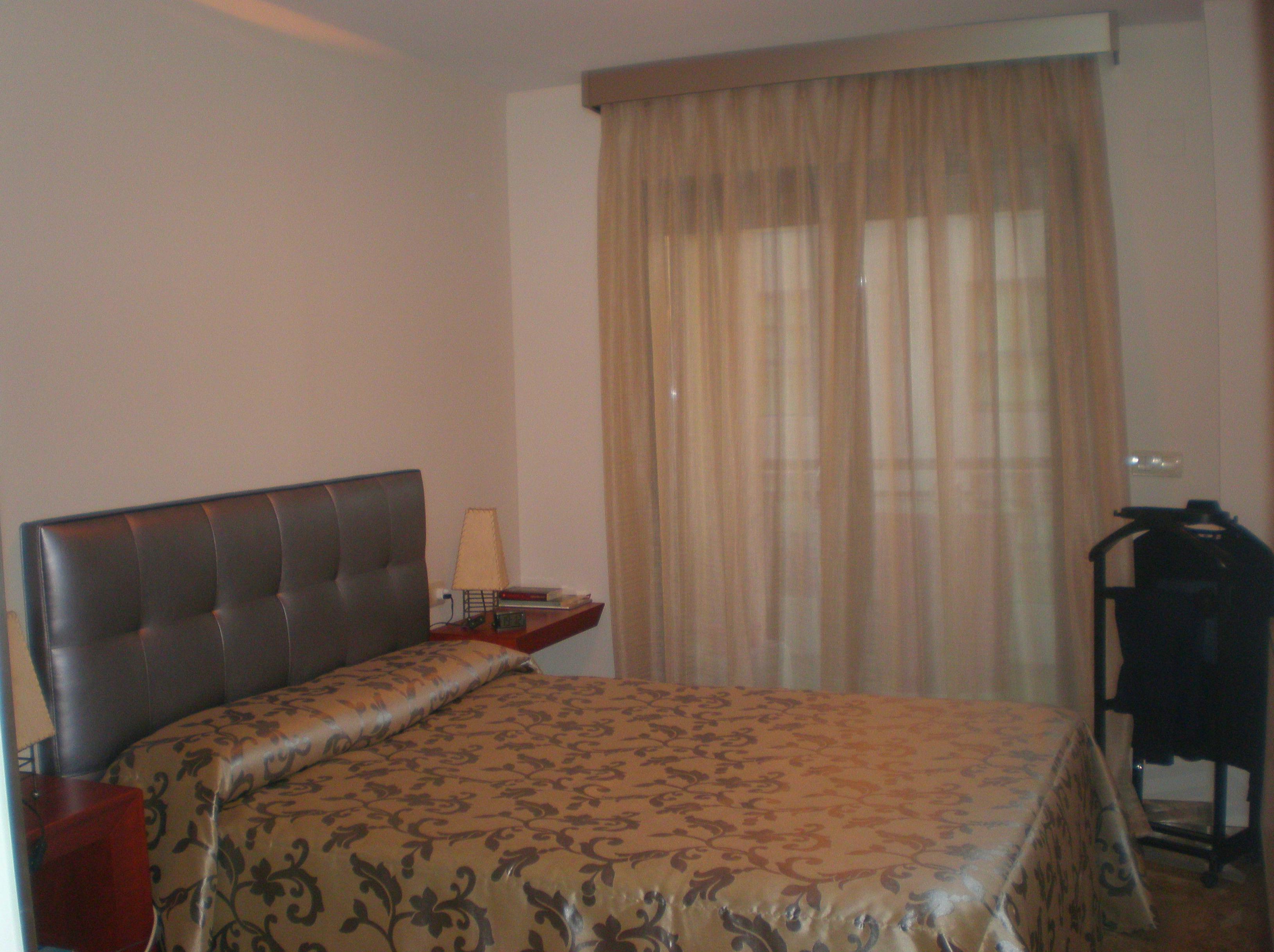 Cabezal tapizado, colcha y cortinas. Tienda de cortinas en Valencia