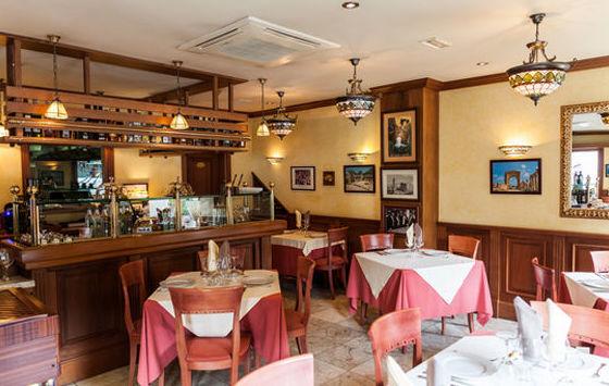Restaurante libanés con amplio salón