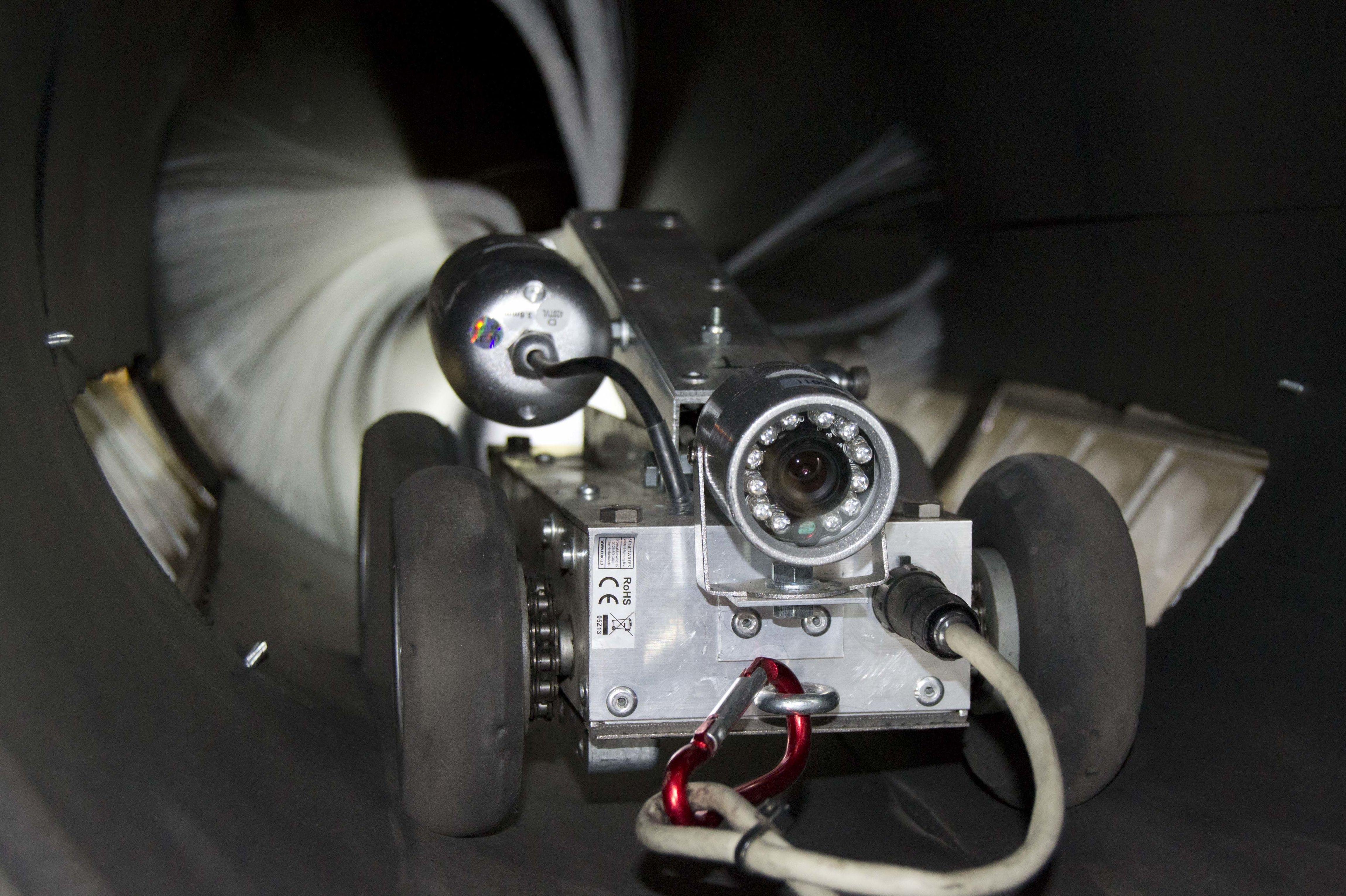 Interior de conducto limpiado con robot
