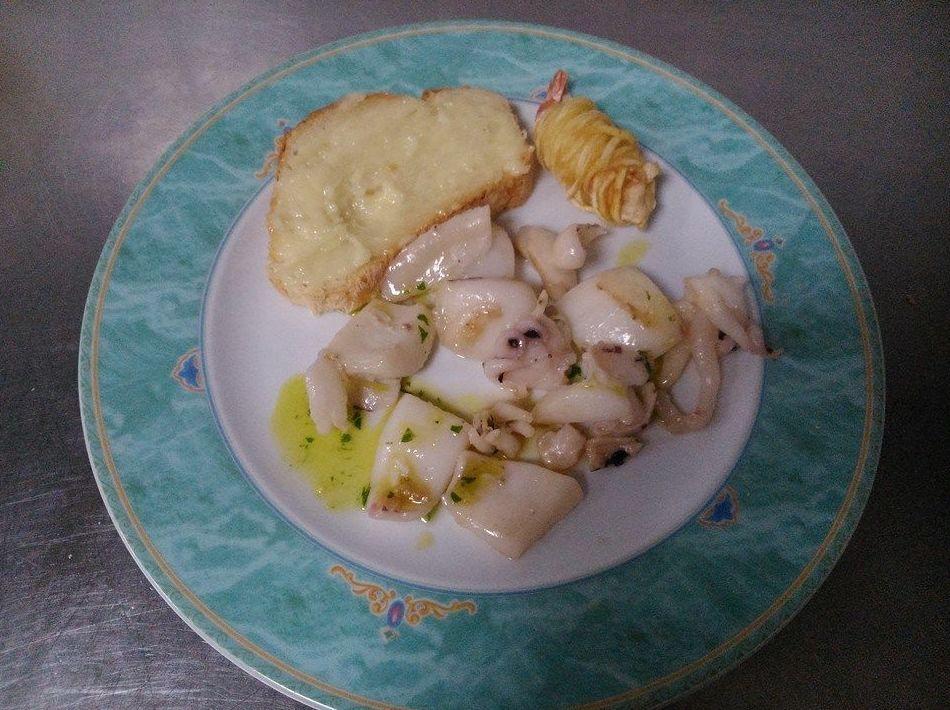 Sepia a la plancha con una tostada con ali-oli y langostino crujiente