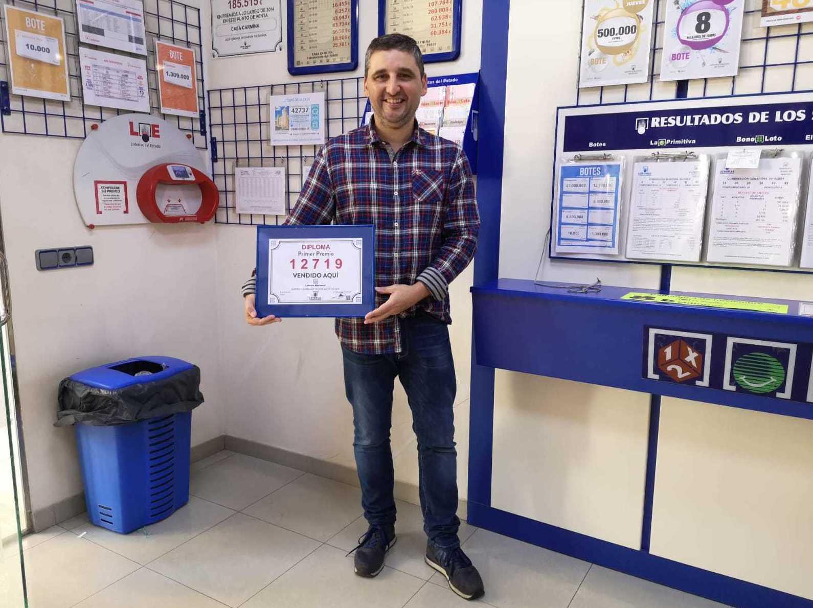Entrega del diploma del primer premio de loteria nacional de los jueves