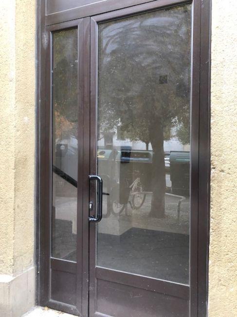 Fabricación e instalación de puertas aluminio en Pamplona