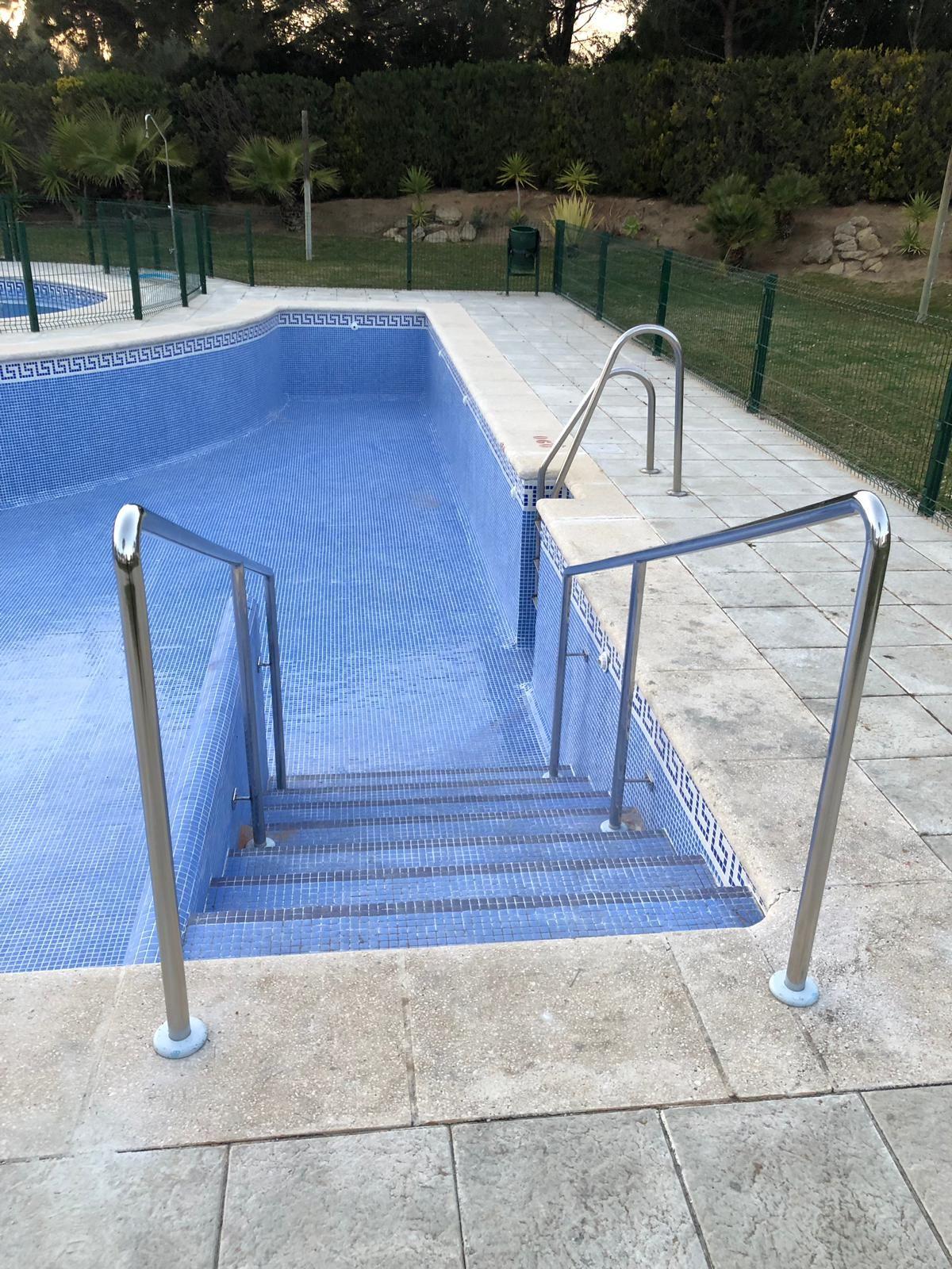 Acceso a escaleras de piscina