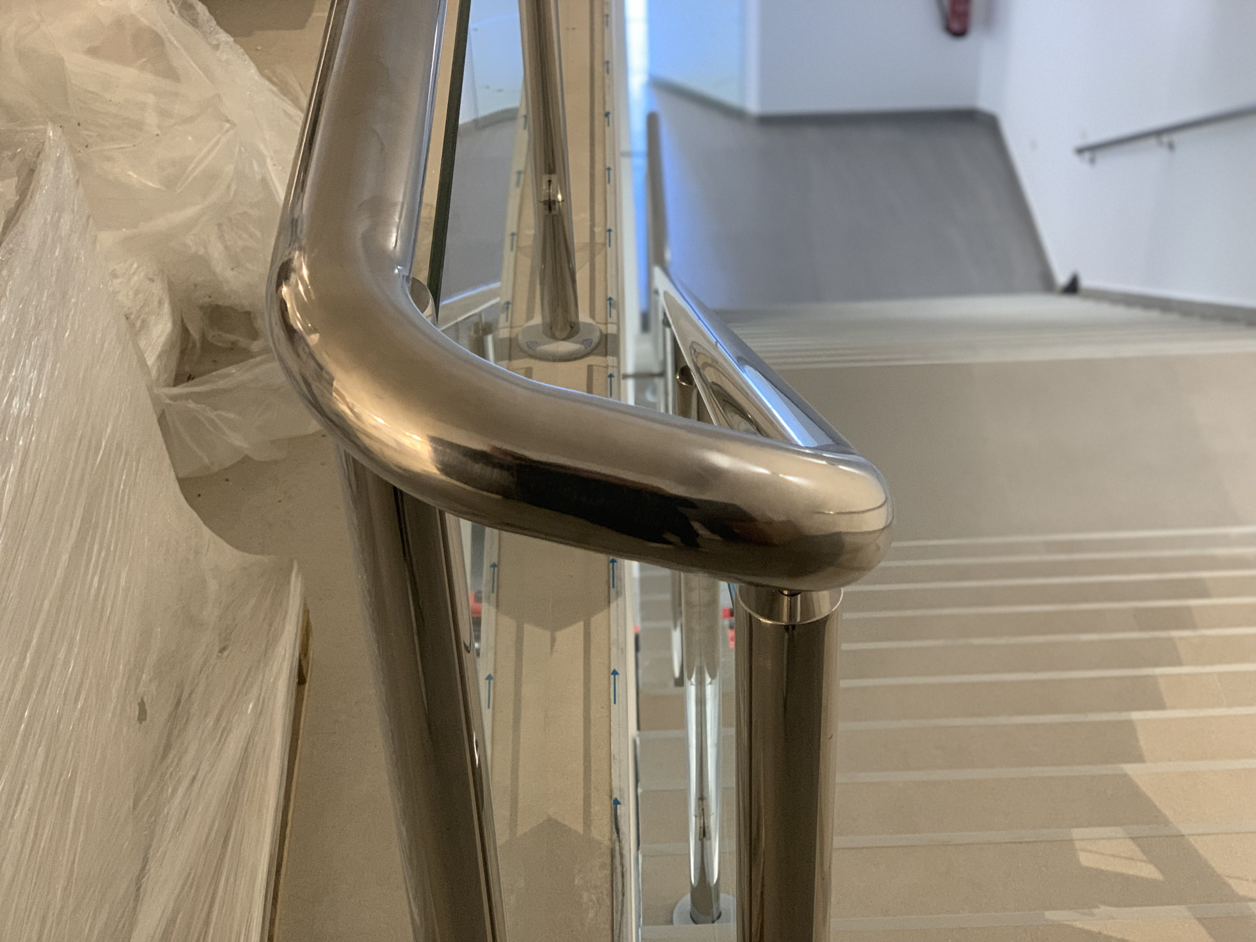Detalle barandilla de escalera interior edificio