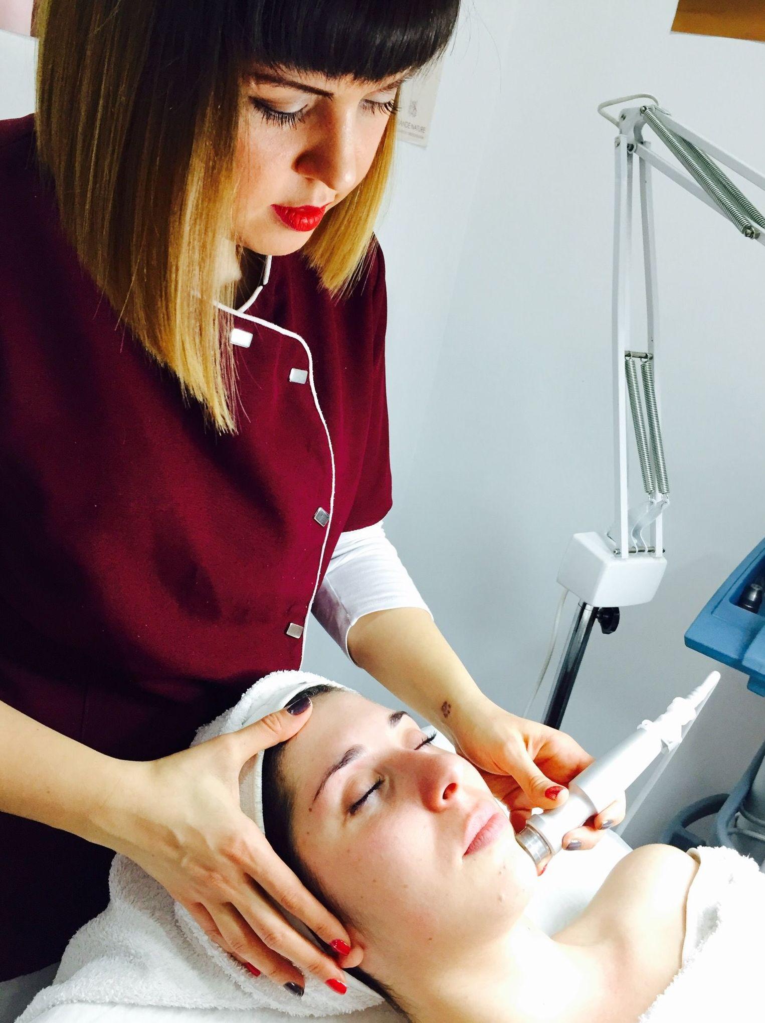 Higiene facial con punta de diamante: Tratamientos de belleza de Yani's Centro de Estética
