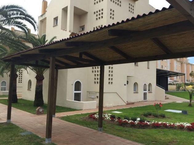 Pérgola de postes cuadrados y cubierta de bambú chino bajo chapa ondulada