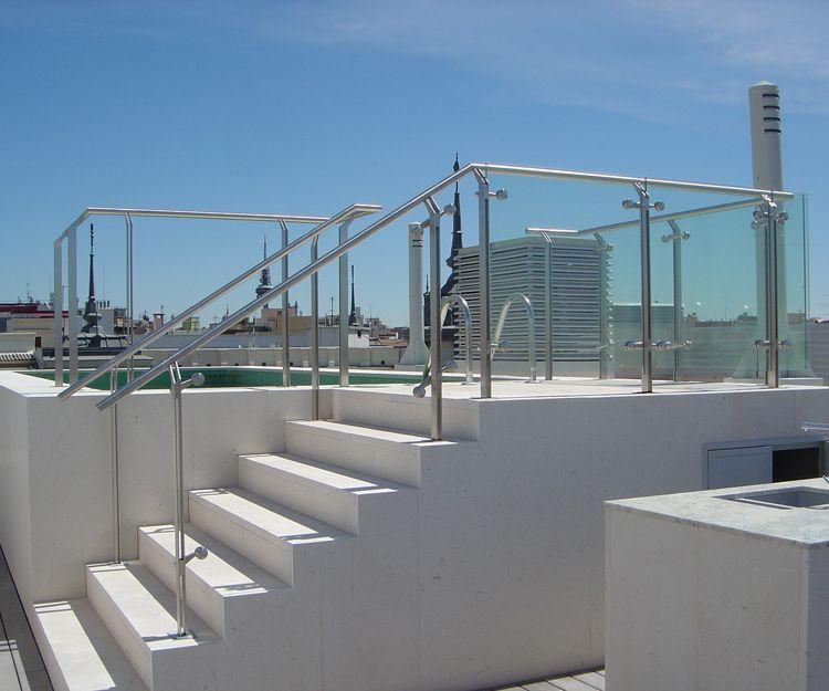 Barandilla de acceso a terraza con piscina