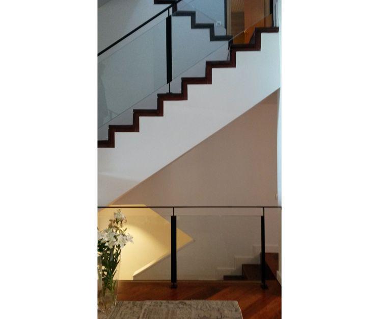 Escalera con barandilla de diseño