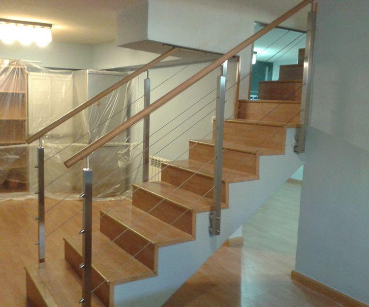Escalera de madera con barandilla de madera y acero inoxidable