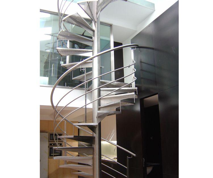 Barandilla y escalera de caracol realizada de acero inoxidable