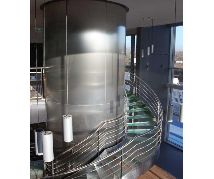 Escalera de caracol con barandilla y estructura de acero inoxidable