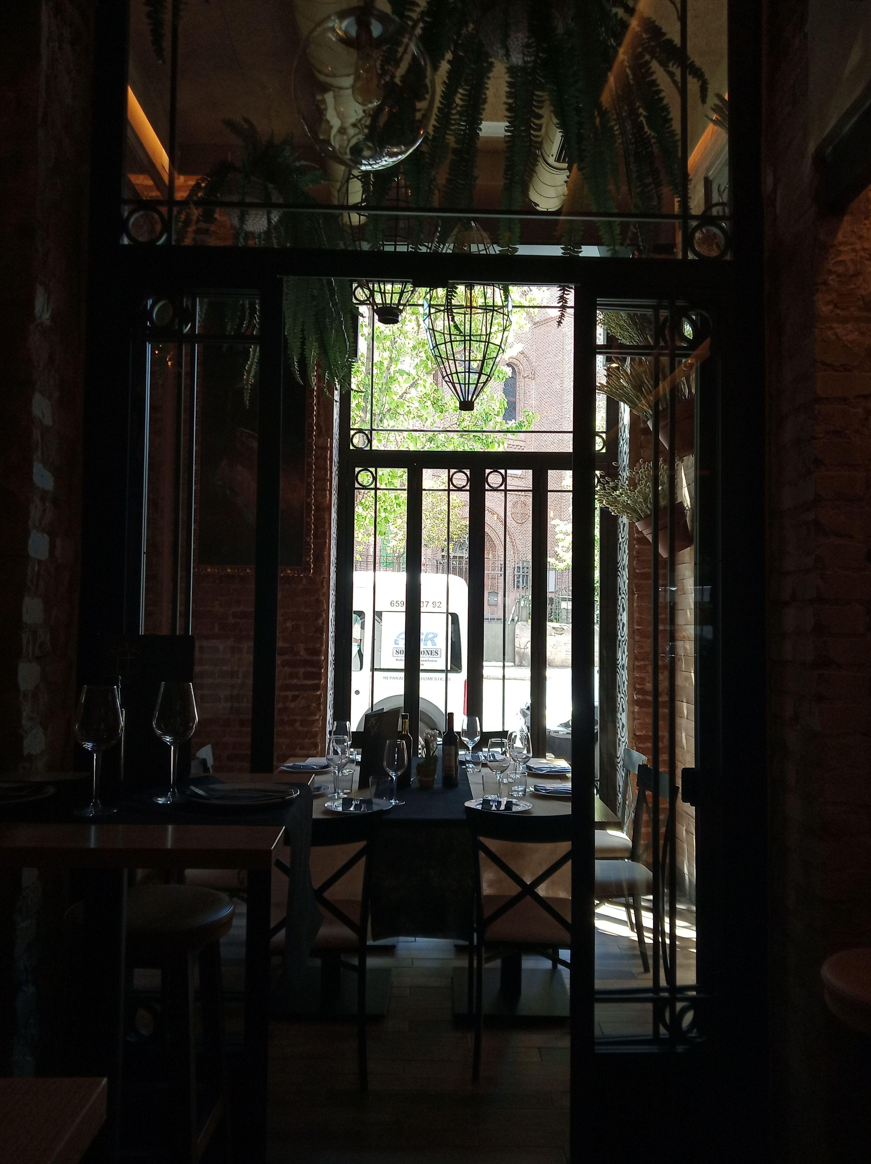 Trabajo de cerrajería Avelino Izquierdo en restaurante en Madrid