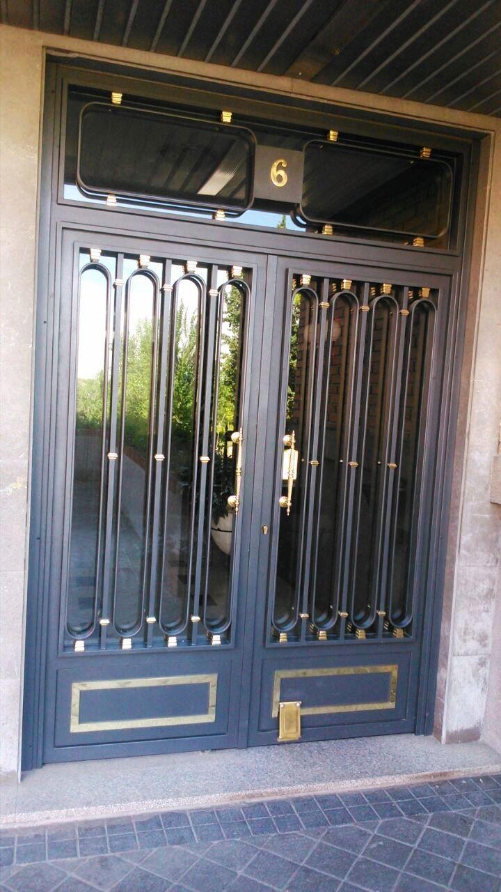 Puerta de portal cerrajería Avelino Izquierdo en Madrid