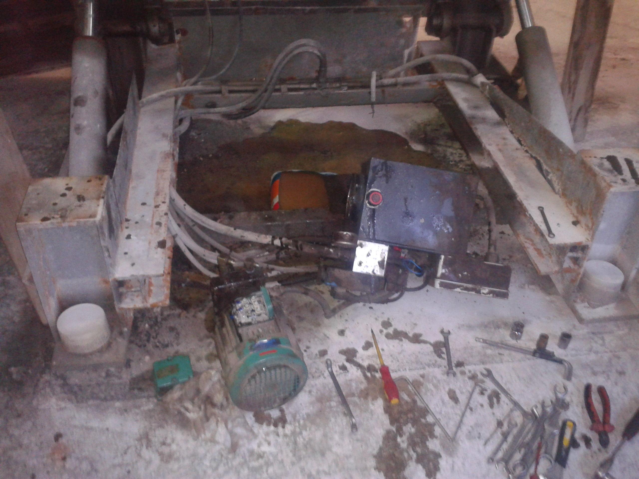Reparación de grupo hidráulico debajo de mesa de corte disco Canigó.