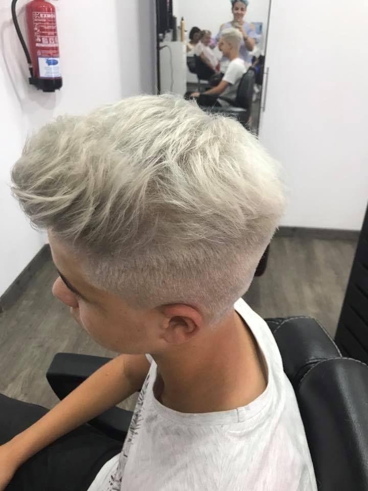 Mismo chico con cambio de color y corte de pelo