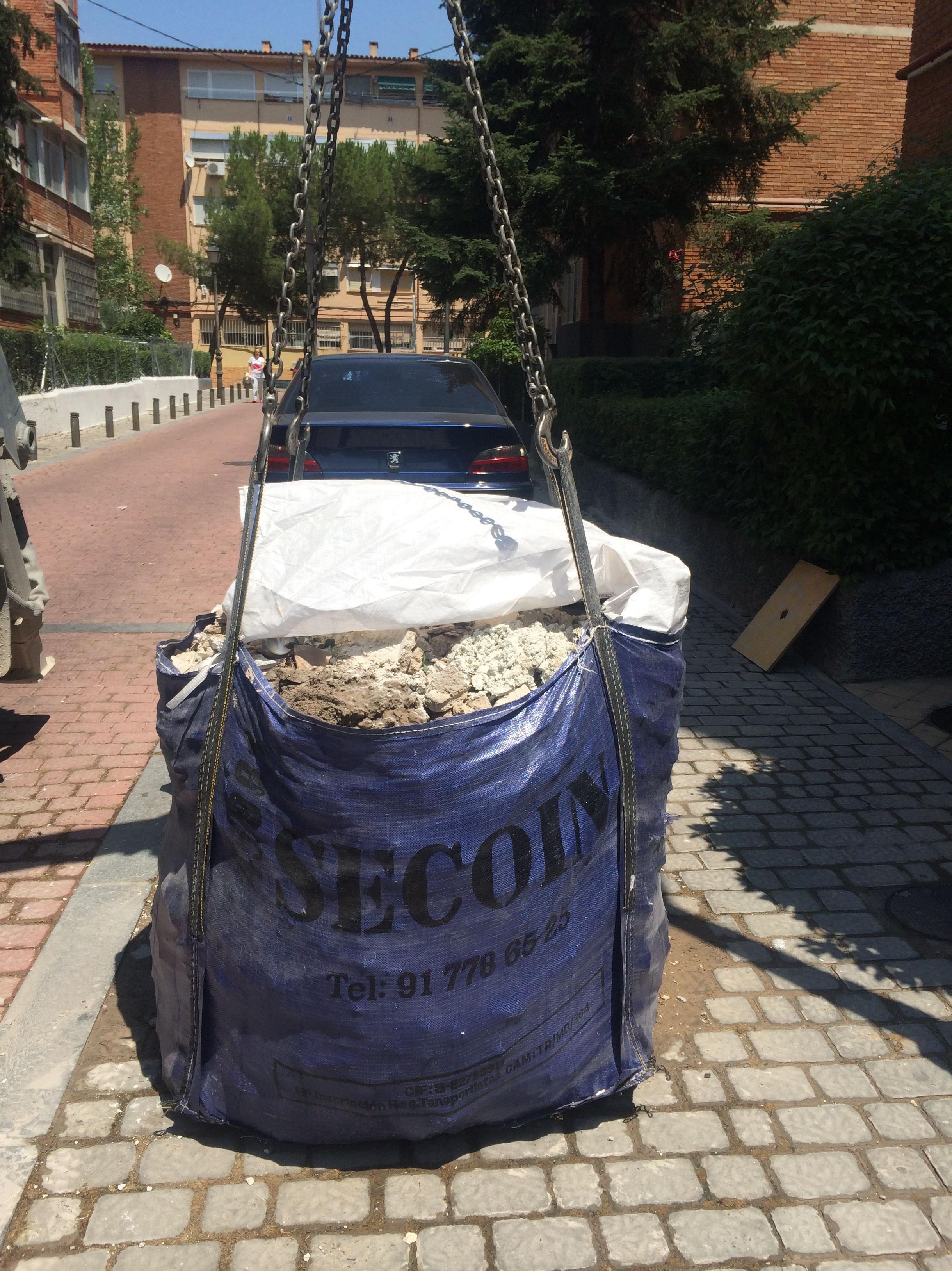 Traslado de saca de escombros