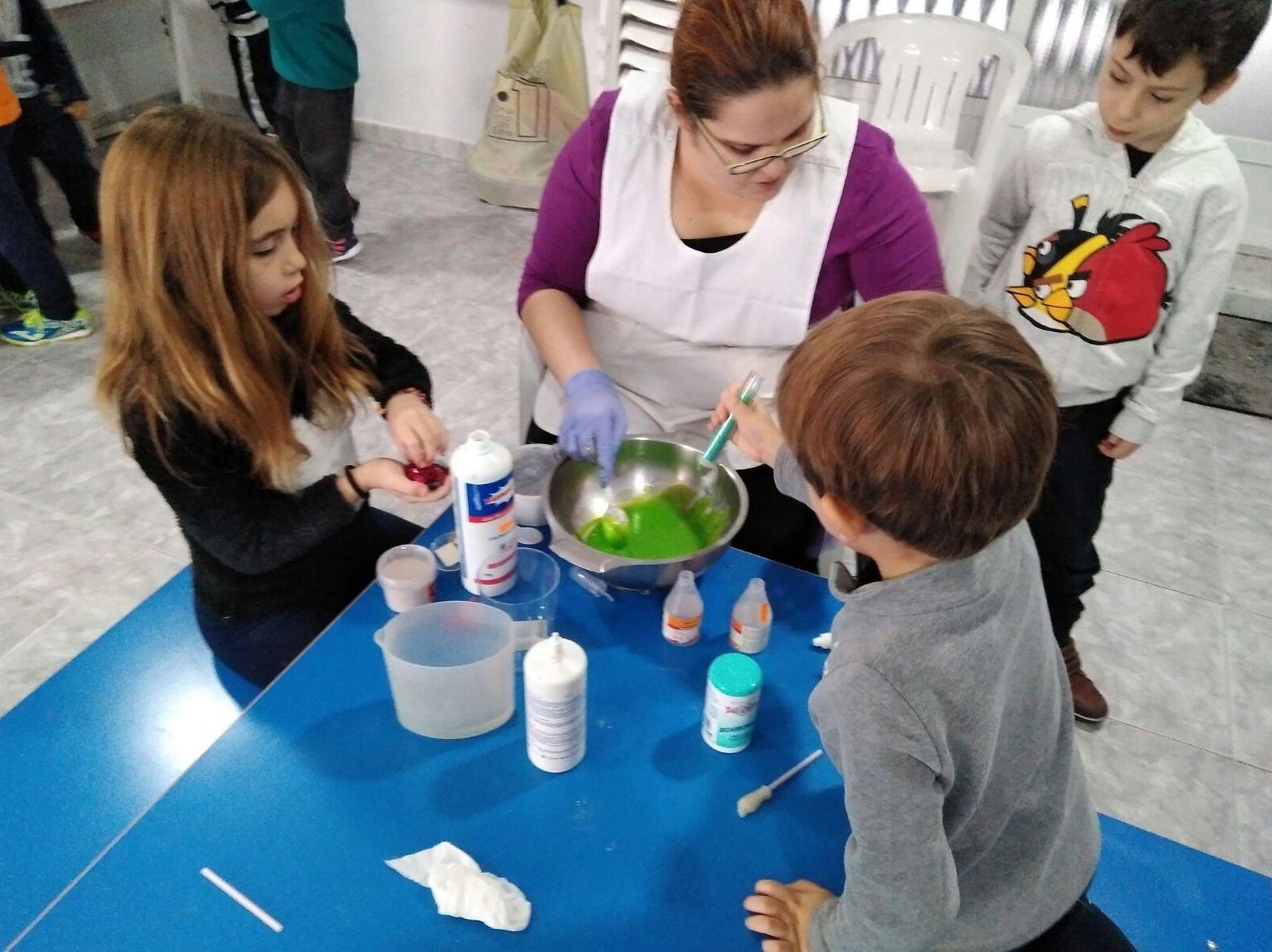 El viernes en el taller de alquimia de la sala cómo mola, los niños que vinieron al Taller Escuela hicieron slime, les pareció fascinante!