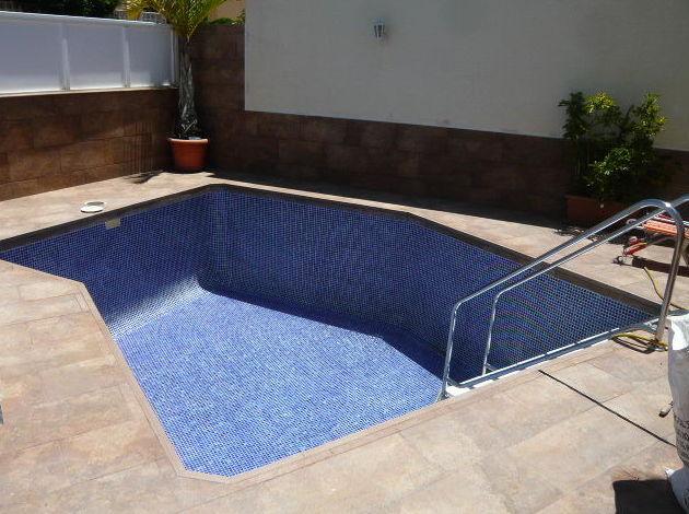 Obra creación de piscina revestida en gressite. Santa Cruz de Tenerife.