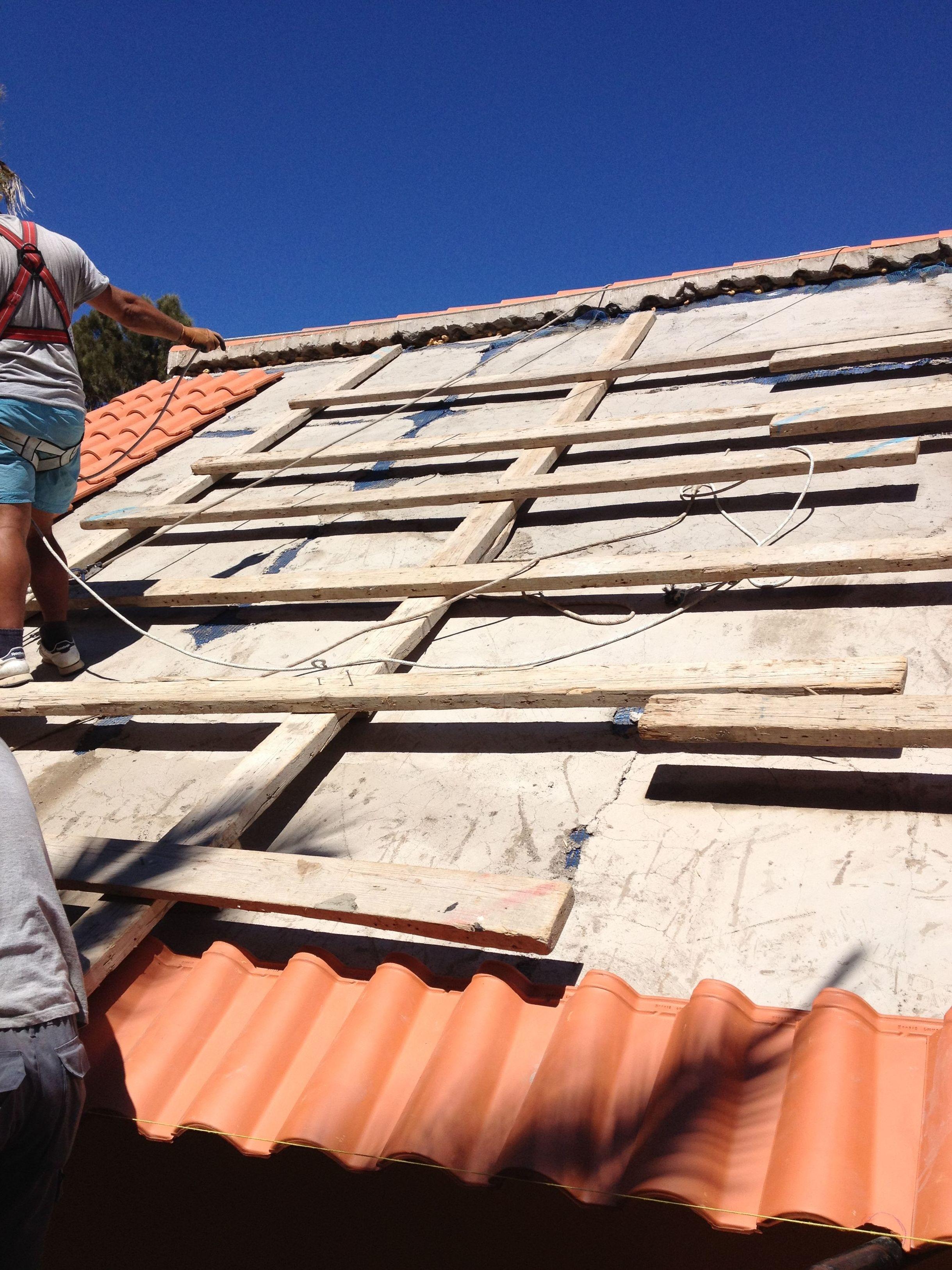 Realizamos trabajos de Rehabilitación en tejados. Impermeabilización y colocación de tejas