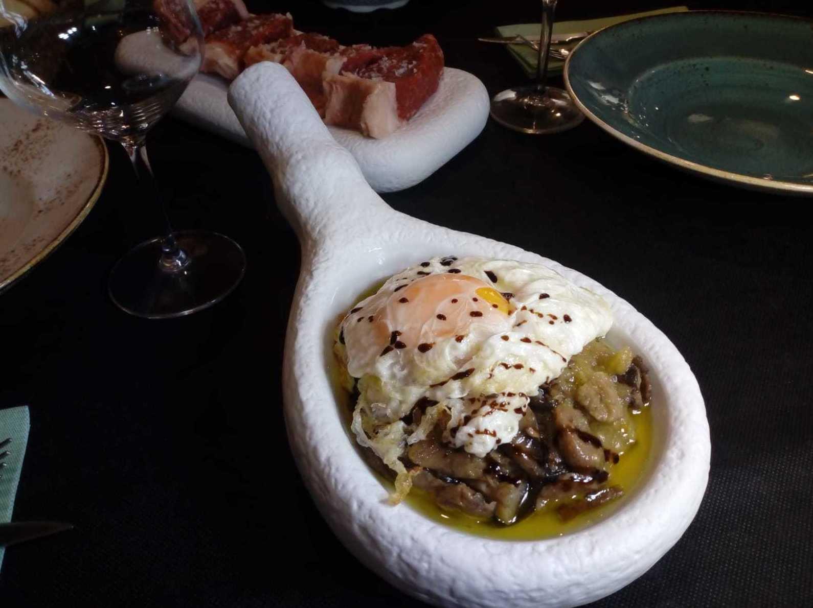 volcń de setas con cebolla caramelizada, huevo y queso de cabra