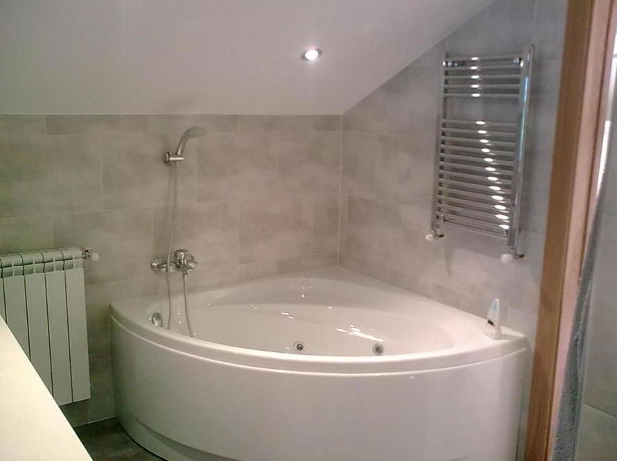 Instalación de bañera de hidromasaje en esquina