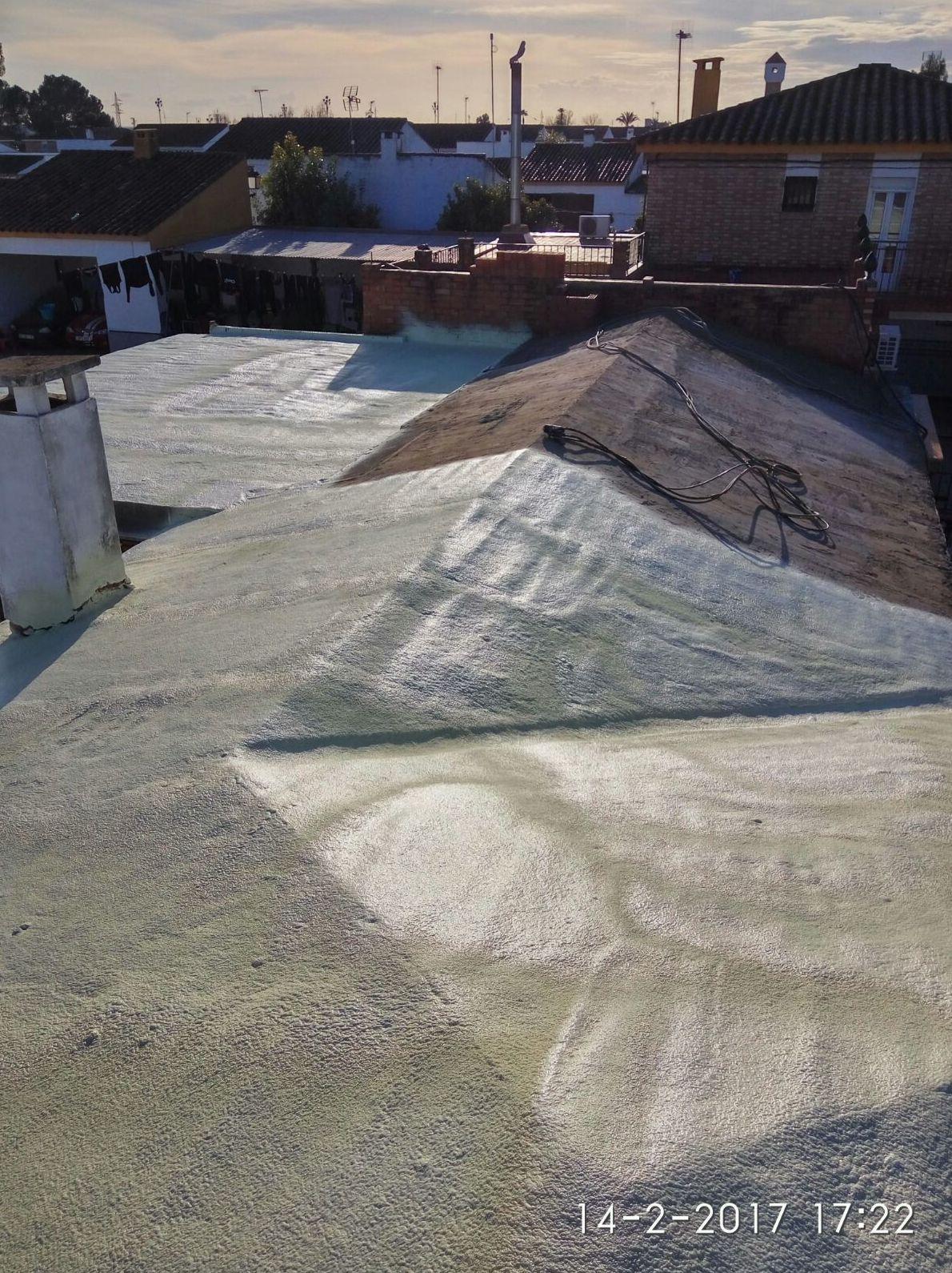 Poliuretano proyectado en cubierta inclinada antes de colocar la teja