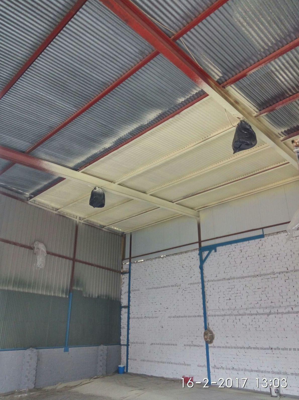 Aislamiento de espuma de poliuretano en techo de nave por el interior