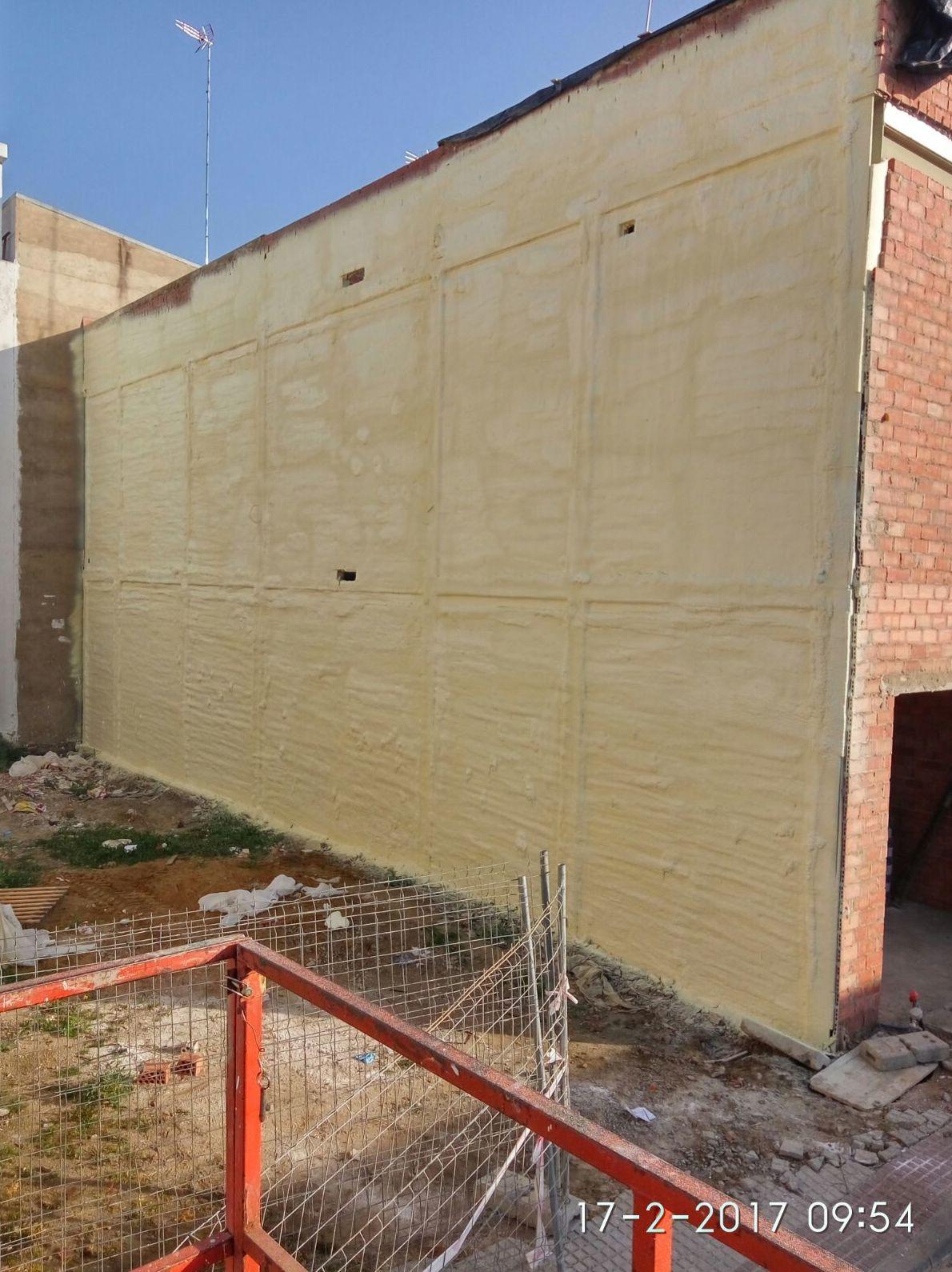 Proyectado de poliuretano en pared medianera
