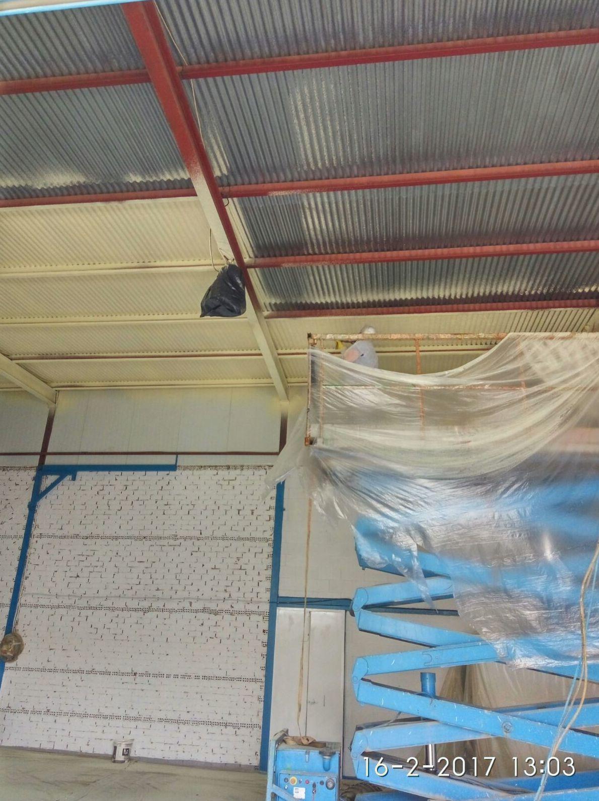 Espuma de poliuretano en techo de nave por el interior