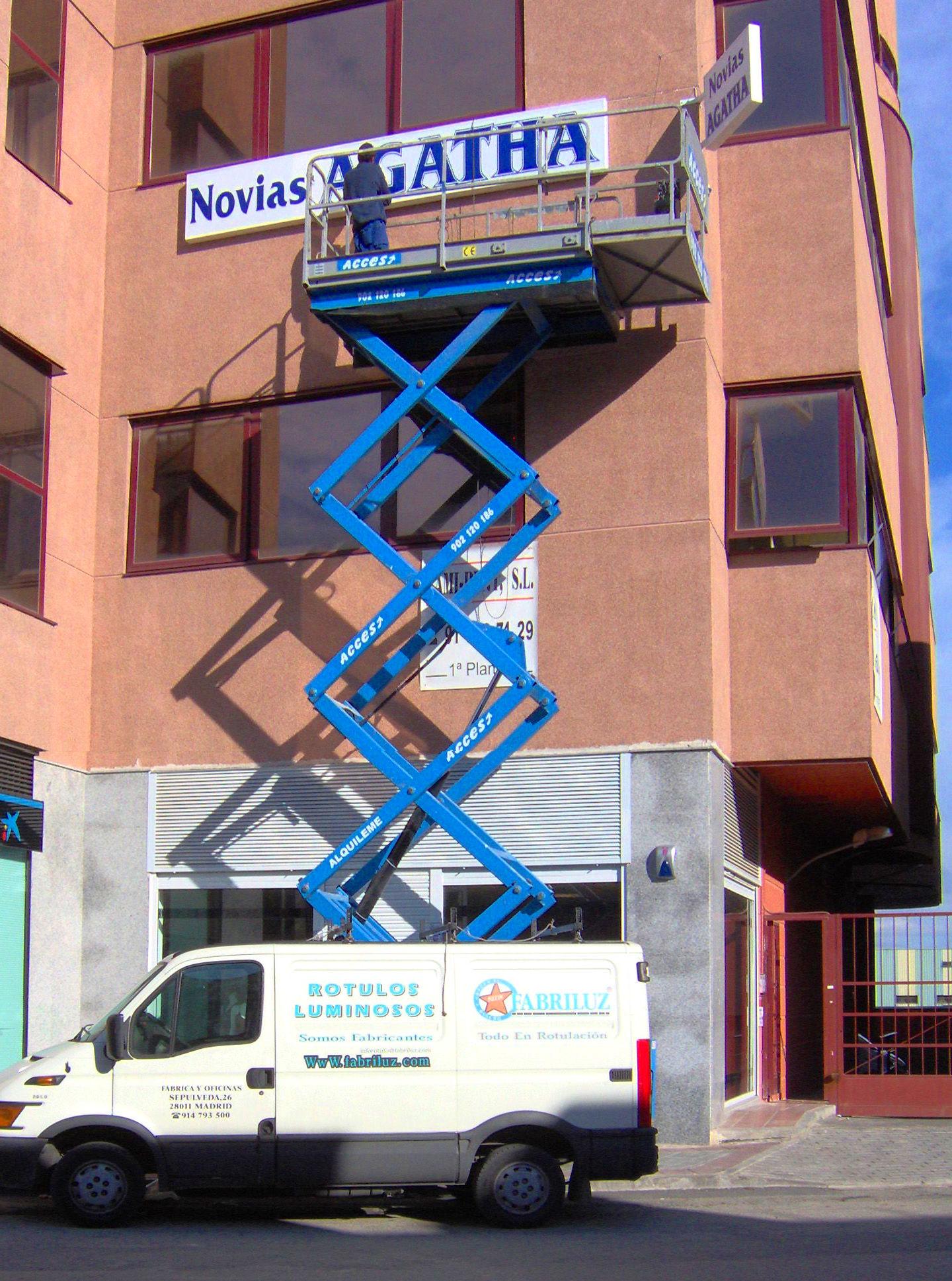 Fabricación, montaje de anuncios luminosos Fabriluz