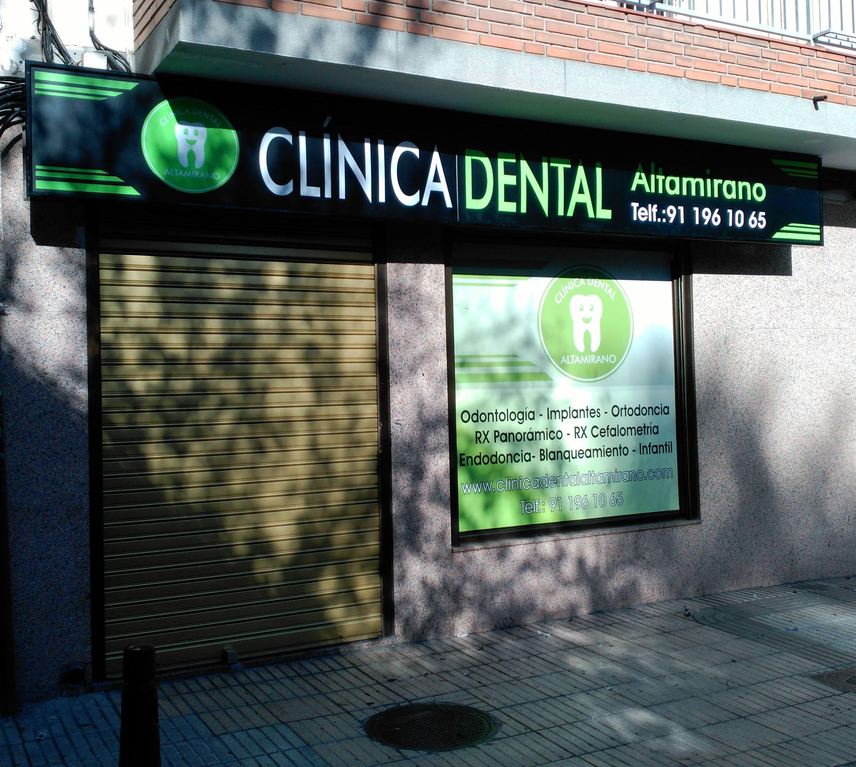 Letrero luminoso y rotulación de vinilo para clínica dental Getafe