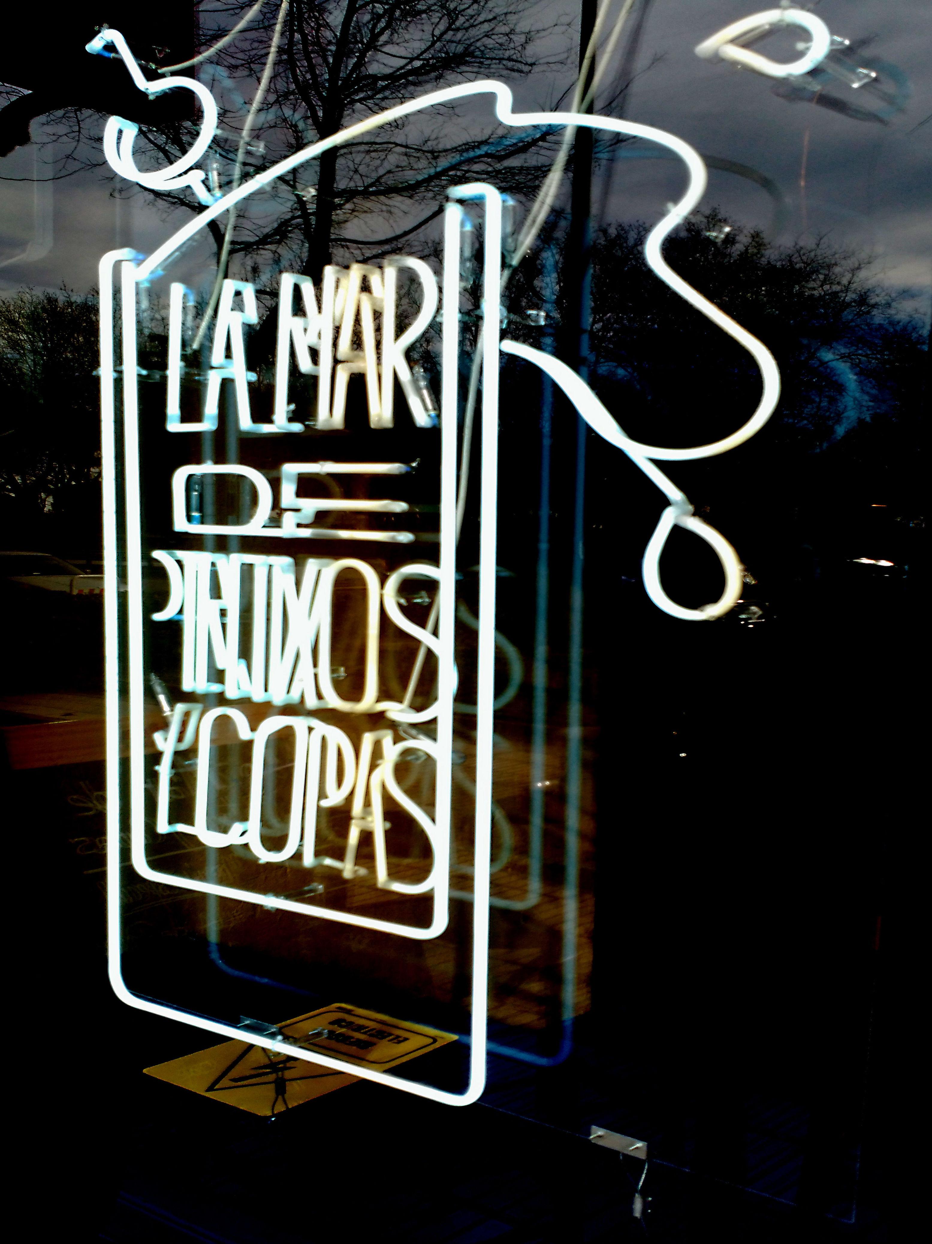 Increíble neón en vidrio blanco la local situado Pso. Rosales Madrid