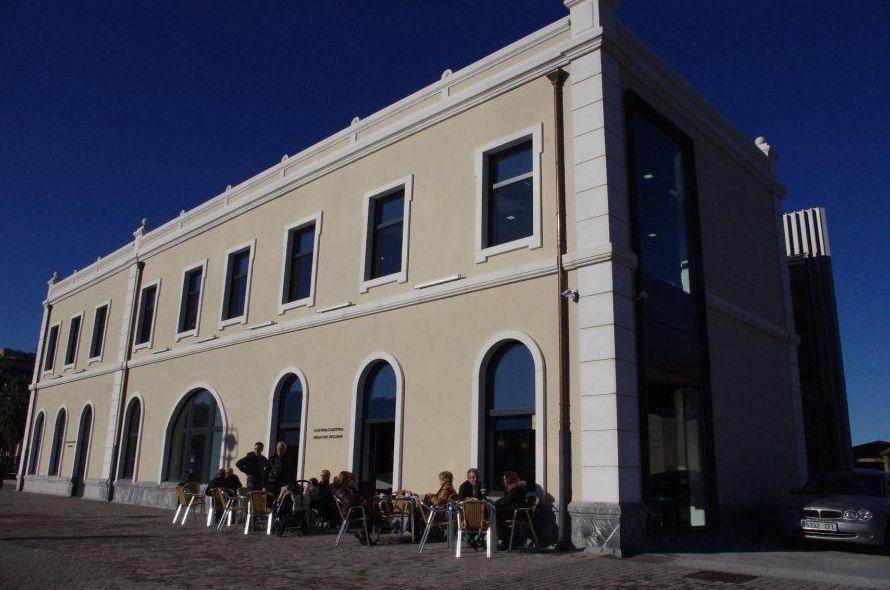 Restaurante con terraza frente al puerto pesquero de Santurtzi