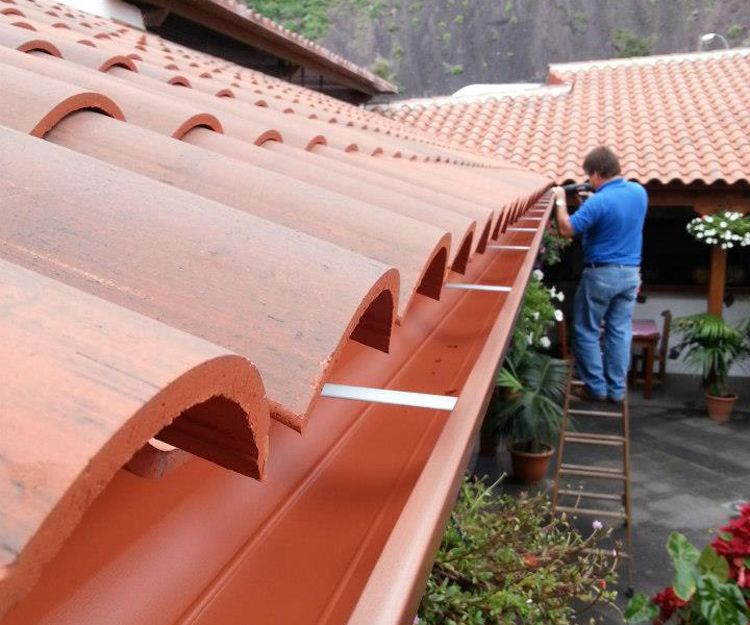 Instalación de canalones de PVC en Tenerife