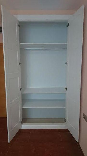 Instalacion de armario con puertas abatibles grecia.
