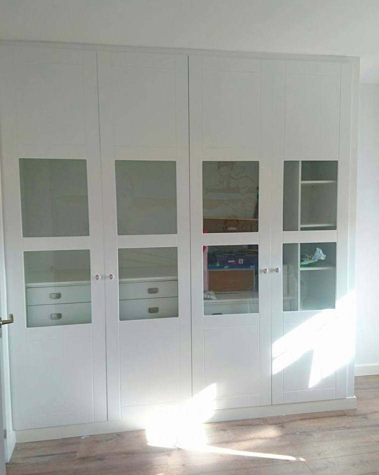 Armario modular de puertas abatibles con freno e interior segun necesidades de cliente .