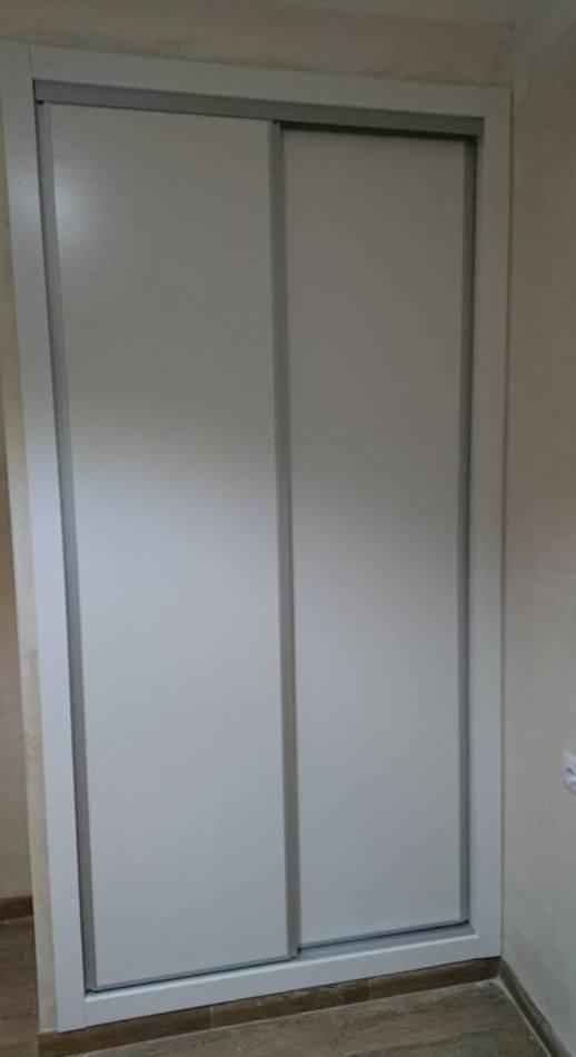 Armarios empotrados o modulares nos adaptamos a tu espacio,en este caso correderas lisas con perfil aluminio.
