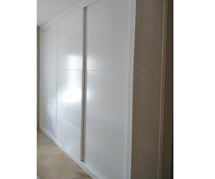 Armario lacado con puertas correderas