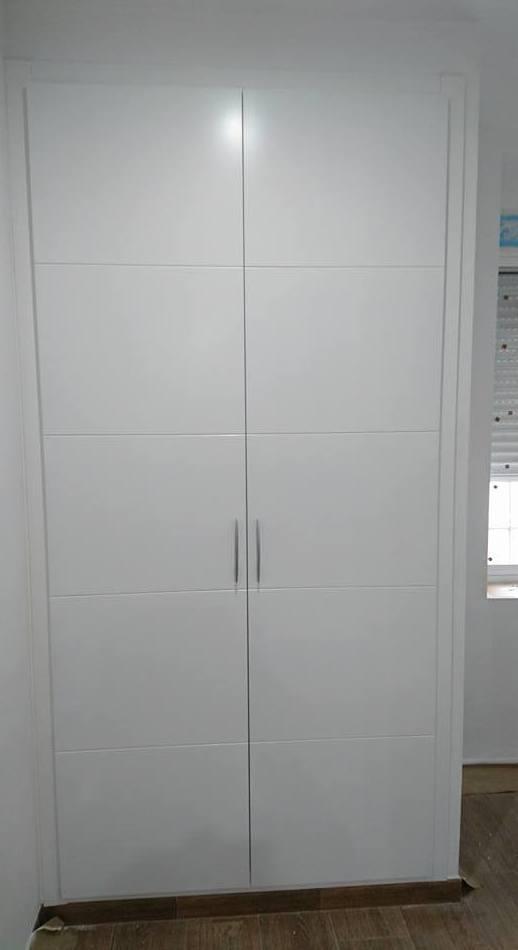 El blanco es tendencia fabricamos tu armario con el mismo diseño que tus puertas de paso.