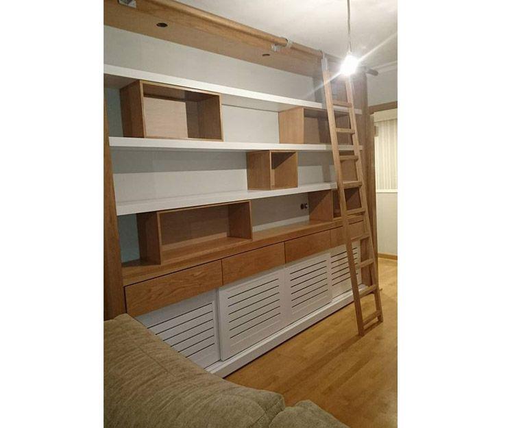 Mueble de salón con escalera de madera