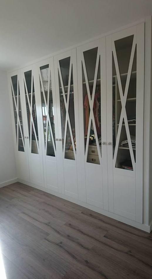 Armario modular de aspa para visillos lacado blanco fabricado en nuestro taller de carpinteria.