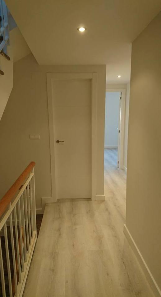 puertas mod 8500 ladaca blanco, parquet, zocalos, escaleras y armarios.