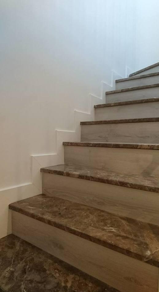 Escalera con terminacion de parquet eleccion de cliente marca Parador.