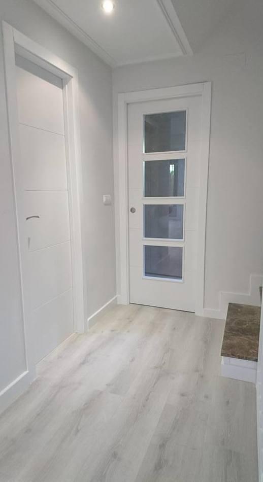 Puertas de madera lacadas con tapetas rectas parquet y zocalo