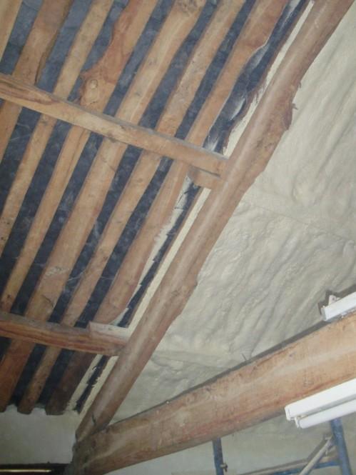 Proyeccion de espuma de poliuretano por el interior de la cubierta.
